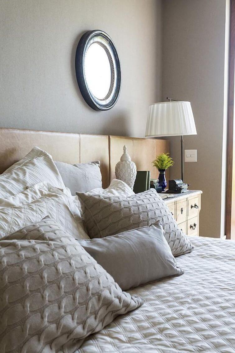 Decoração de casa alugada: Roupa de cama tem destaque. Projeto por Mauricio Karam
